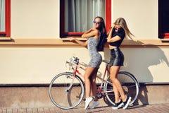 Posera för två sexigt flickor som är utomhus- Royaltyfri Bild