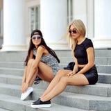 Posera för två sexigt flickor som är utomhus- Royaltyfria Foton