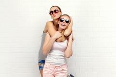Posera för två vänner modern livsstil Två stilfulla sexiga hipsterflickabästa vän som är klara för parti barn för flicka två Arkivbild