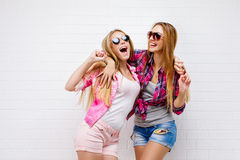 Posera för två vänner modern livsstil Två stilfulla sexiga hipsterflickabästa vän som är klara för parti Ung flickavänner royaltyfria bilder
