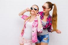 Posera för två vänner modern livsstil Två stilfulla sexiga hipsterflickabästa vän som är klara för parti Ung flickavänner arkivbilder