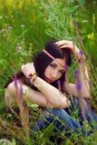 Posera för flickahippie som är utomhus- Boho stil, bohostil Arkivfoto