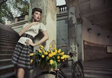 posera för skönhetbrunett Royaltyfria Foton