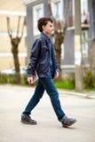 Posera för tonåring som är utomhus- Arkivbild