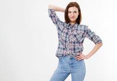 Posera innegrej och stilfull brunett i skjortan och jeans som isoleras på vit bakgrund arkivbild