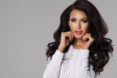 posera kvinna för attraktiv brunett royaltyfria bilder
