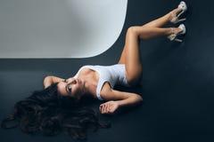 posera kvinna för attraktiv brunett royaltyfri foto
