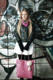 posera kvinna för blonda grafitti Fotografering för Bildbyråer