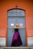 posera kvinna för dörröppning arkivbilder