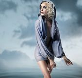 posera kvinna för glamour Arkivbild
