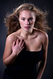 posera kvinna för härligt mode för klänning elegantt arkivfoto