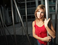 posera kvinna för metallpol Arkivbild