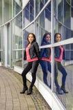 Posera kvinnan på en företags byggnad Arkivfoton