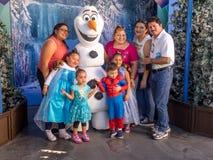 Posera med Olaf, Hollywood studior, Disneyland royaltyfria foton