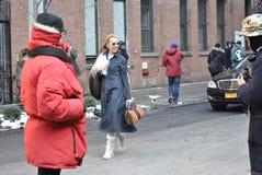 Posera på New York City fashionweek, februari 18 2015 Royaltyfri Bild