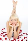 Posera på rött fält för rose petal fotografering för bildbyråer