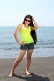 Posera på stranden Arkivfoton