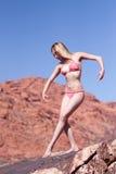 posera red vaggar den sexiga kvinnan Arkivbild