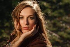 Posera se för härlig flicka från sidan Fotografering för Bildbyråer