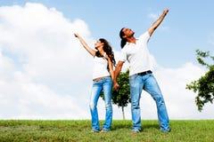 posera sky för par under royaltyfri foto
