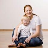 posera son för moder Fotografering för Bildbyråer