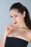 posera studio för attraktiv klänningaftonflicka Royaltyfria Foton