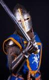 posera svärd för riddare Royaltyfri Foto