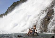 Posera vid vattenfallet Royaltyfri Bild