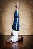 posera yoga för standen för salambasarvangasanaskulderen Arkivfoton