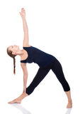 posera yoga för triangeltrikonasanautthitaen Arkivbild