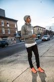 Poserar barnet, den svarta hipsteren för ett frankt fotografi i NYC royaltyfria foton