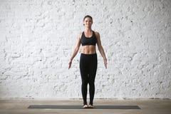 Poserar den attraktiva kvinnan för ung yogi i berg, den vita vindbackgroen Royaltyfria Bilder