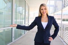 Poserar den fulla längden för affärskvinnaståenden i en välkomnande Royaltyfri Foto