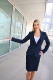 Poserar den fulla längden för affärskvinnaståenden i en välkomnande Arkivbild