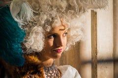Poserar den iklädda dräkten för den unga kvinnan på den Venedig karnevalet Royaltyfri Foto