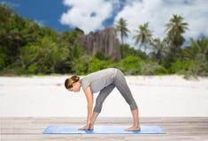 Poserar den intensiva elasticiteten för kvinnadanandeyoga på stranden Royaltyfri Fotografi