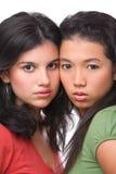 poserar den kalla kvinnlign för kameran tonåringen till två Arkivfoto