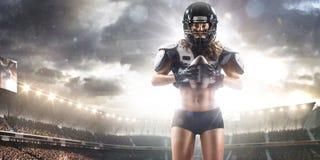 Poserar den kvinnliga spelaren för amerikansk fotboll arkivfoton