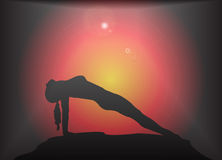 Poserar den omvända plankan för yoga ilsken blickbakgrund Royaltyfria Foton