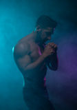 Poserar den topless idrotts- mannen för konturn i en stridighet Arkivfoton