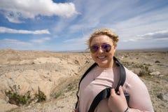 Poserar den turist- 20-tal för kvinna på de Borrego badlandsna förbiser i Anza Borrego ökendelstatspark i CA arkivbild