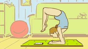 Poserar den unga kvinnan för tecknade filmen i yoga klockor till minnestavlan hemma Arkivbild