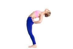 Poserar det kvinnliga görande halva hjulet för yogi Fotografering för Bildbyråer
