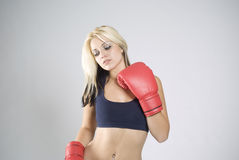 poserar eleganta handskar för boxare den röda kvinnan Royaltyfri Foto