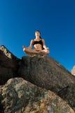 poserar härliga lotusblommar för strand kvinnan Arkivfoton