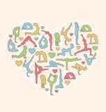 Poserar hjärta som jag älskar yoga på beiga Arkivfoton