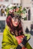 Poserar iklädda blommor för kvinna på den Venedig karnevalet Royaltyfri Bild