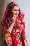 Poserar iklätt rött för kvinna på den Venedig karnevalet 2016 Arkivfoto