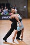 Poserar latinska par för dans i en dans Fotografering för Bildbyråer