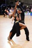 Poserar latinska par för dans i en dans Royaltyfria Foton